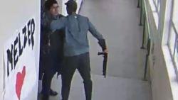 Heldhaftige leraar ontwapent student op bijzondere wijze