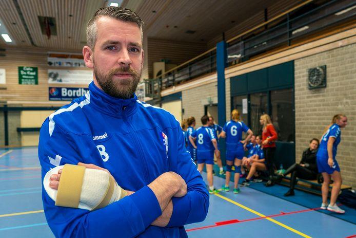 Handballer Mike Busser met handicap terug in de zaal bij HV Huissen.