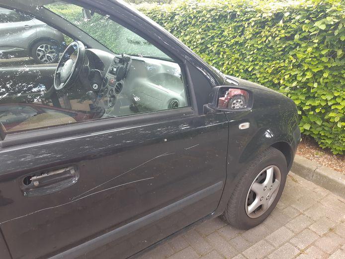 Een auto aan De Rosmolen in Westervoort werd flink beschadigd.