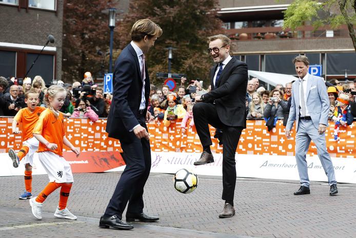 De Apeldoornse prinsen nemen de tijd voor een lekker potje voetbal tijdens Koningsdag in Amersfoort.