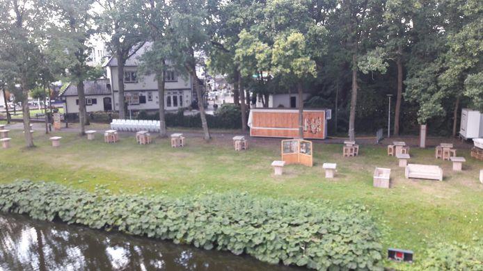 Zicht vanuit het kasteel van Wijchen op het tijdelijke terras in de tuin. Het is vandaag opgeruimd.