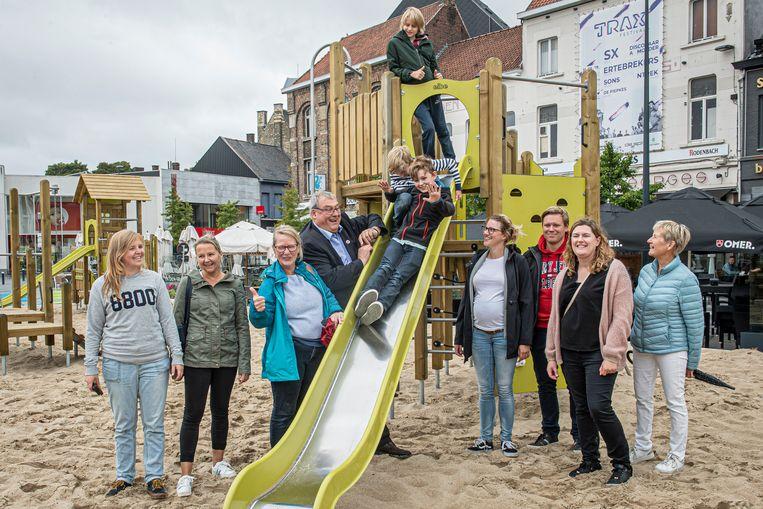 Ouders uit de Bataviawijk en de Schierveldewijk kregen het leuke nieuws dat hun wijken straks wat kindvriendelijker worden dankzij de speeltoestellen die deze zomer op de zomerspeelplaats stonden.