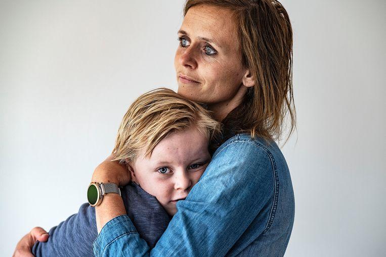 Rosanne Kniep met zoon Rinze, verkouden en dus niet naar school. Beeld Guus Dubbelman / de Volkskrant