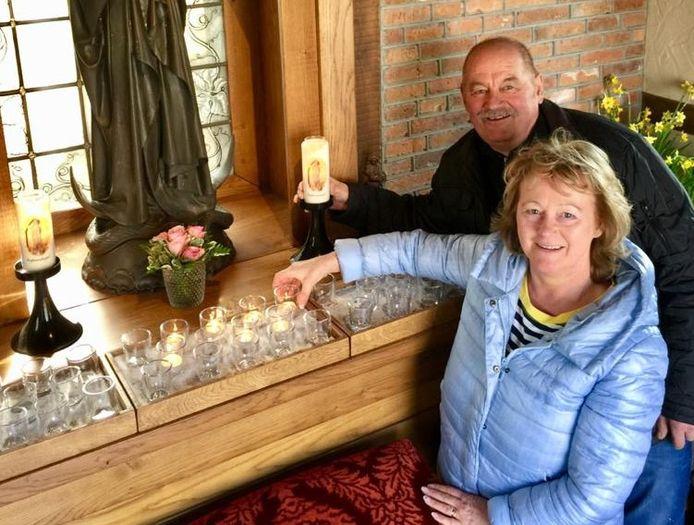 """Ans en Jan Wilbers, de beheerders van de Mariakapel in Agelo. """"Mooi dat Maria belangrijk is voor mensen."""""""