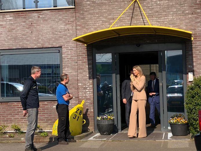 Koningin Máxima op bezoek bij Zuidbaak in Honselersdijk. Tweede van links staat kweker Walter Zuijderwijk.
