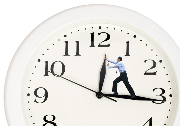 De klok gaat 28 oktober weer een uur achteruit, waardoor iedereen een uurtje langer kan slapen.