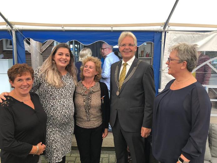 Miryam Daggelders (midden) met rechts naast haar burgemeester Jos Penninx.