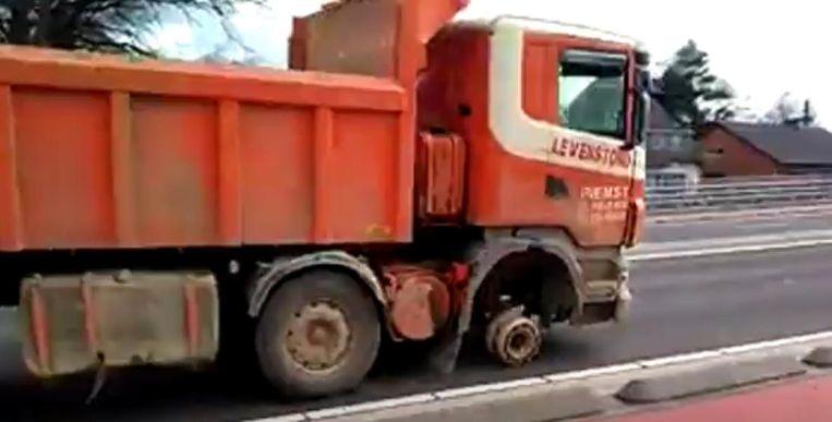 De trucker zonder voorwiel werd onder meer opgemerkt op de Kempische Steenweg in Hasselt.