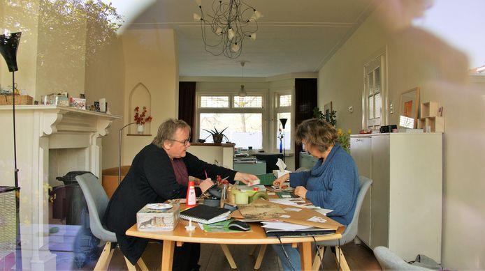 Oda en Mirjam uit Eindhoven zijn aan het knutselen.