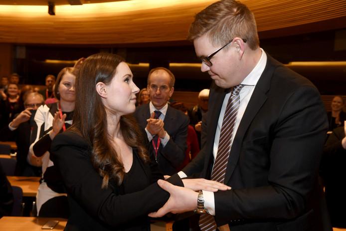 Sanna Marin wordt na de verkiezing gefeliciteerd door haar tegenkandidaat Antti Lindtman.