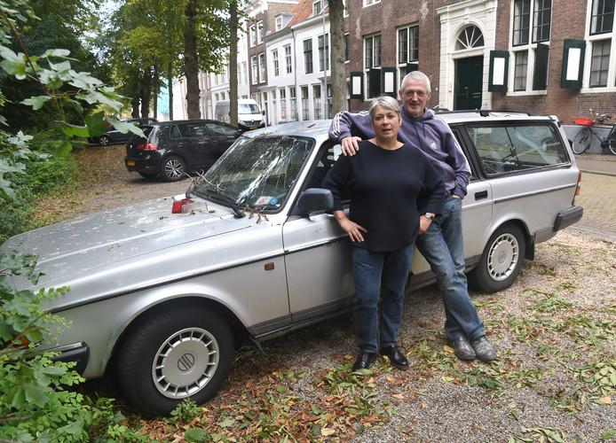 Piet Dieleman en Ellen Goeseije bij de beschadigde auto in Middelburg