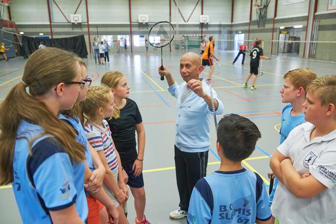 Badmintontrainer George Gabeler geeft uitleg in sporthal De Stigt te Uden.