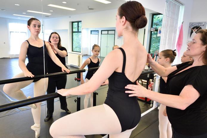 In haar pand in Nieuwkoop geeft Sietse van Kan balletles aan jong en oud.