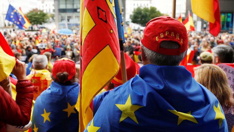 Spaanse demonstranten protesteren in Brussel tegen de Catalaanse onafhankelijkheid. Beeld reuters