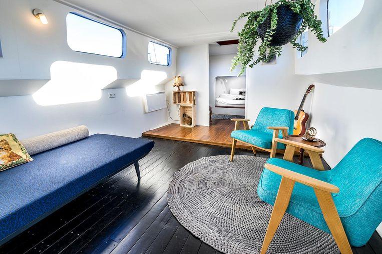 Het gerenoveerde interieur van woonboothotel Asile Flottant Beeld Zanca fotografie