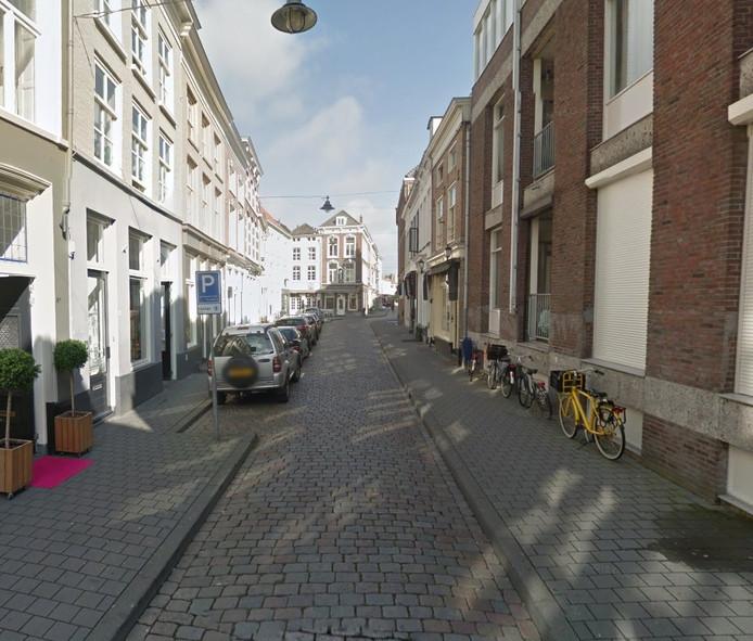 De Kruisstraat. Plan van de ondernemers is om de parkeerplaatsen links te offeren voor terrassen