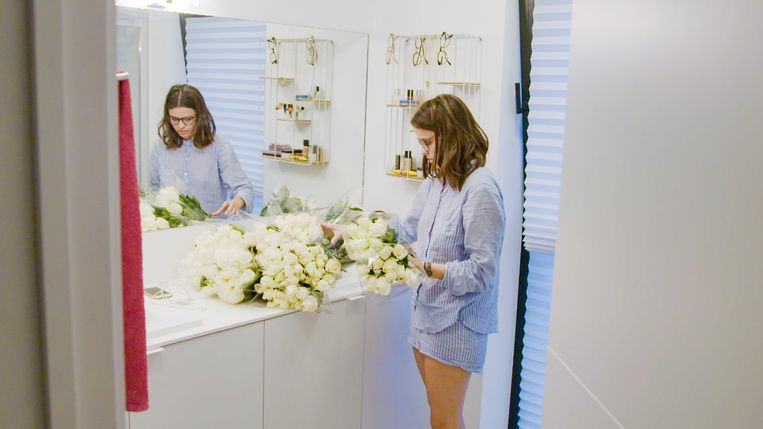 Joris legde de badkamer vol witte rozen, maar Annelies was daar niet echt blij mee.