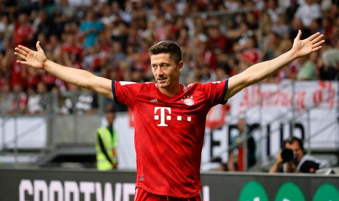 Robert Lewandowski maakte een hattrick voor Bayern München tegen Eintracht Frankfurt.