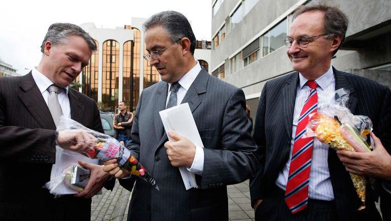 2008: minister van Financien Wouter Bos neemt een snoepje aan van staatssecretaris Ahmed Aboutaleb. Beeld null