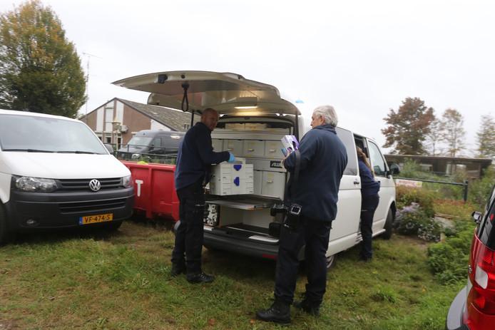 Specialisten komen helpen bij de ontmanteling van de cocaïnewasserij in Heeswijk-Dinther.