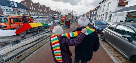 Er hangt een sjaal aan de paal,  o o een sjaal aan de paal,  een sjaal van 842 meter om de haven van Zevenbergen