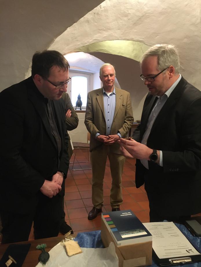 Hens Jordaan (midden) bracht recent het lakzegel terug. Links pastoor Scholten en rechts Manuel Hagemann van het museum Katharinenhof.