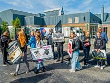 Kleine groep demonstreert tegen slacht kalveren bij Nieuwerkerks bedrijf
