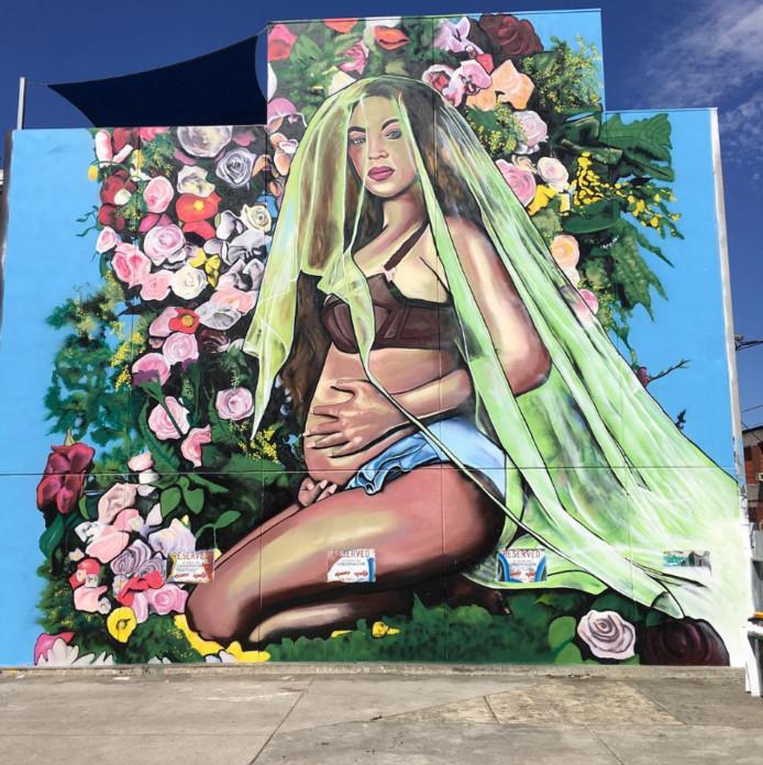 """De zwangerschapsfoto van Beyoncé is sinds kort als een enorme muurschildering te zien in de straten van Collingwood, een voorstad van Melbourne. Graffiti-artiest Lush maakte het portret als eerbetoon aan de zangeres. ,,Het kostte mij vijf dagen in de brandende hitte van Australië"""", liet de kunstenaar weten aan Daily Mail."""