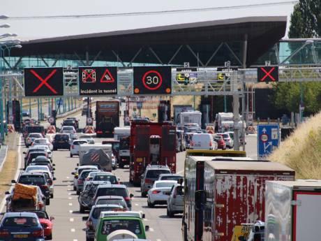 Dichte Westerscheldetunnel na blussen brandende auto weer open: files opgelost