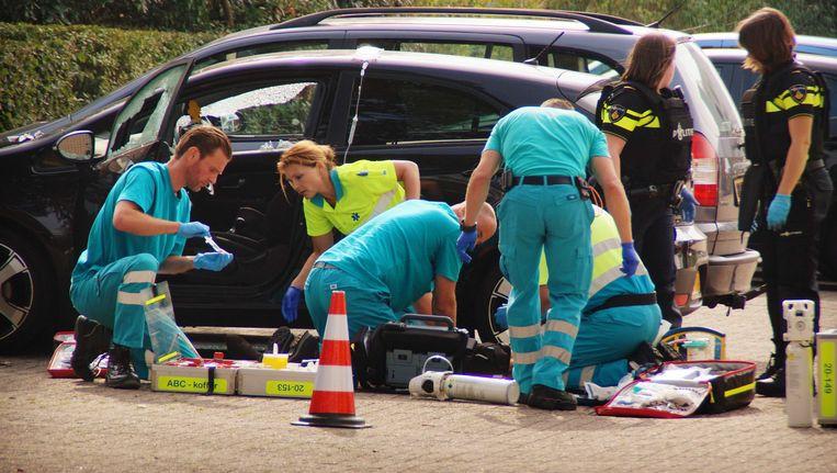 Hulpverleners proberen het leven te redden van Linda van der Giesen. Beeld ANP