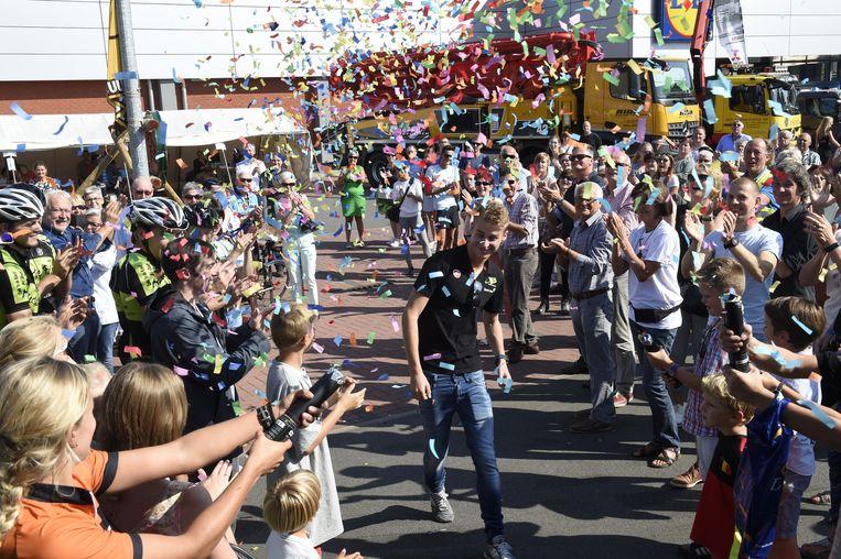 De inwoners feliciteren triatleet Marten Van Riel op hun eigen manier met zijn zesde plaats op de Olympische Spelen in Rio.