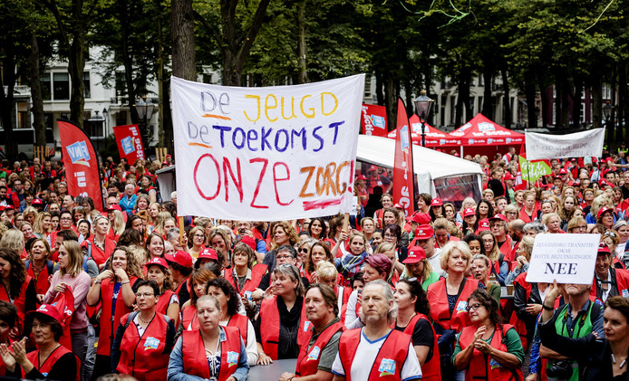 Jeugdzorgmedewerkers voerden vorig najaar actie in Den Haag voor meer geld voor jeugdzorg in Nederland.