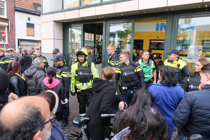 Verdachte situatie in Pathé in centrum Den Haag. Veel politie uitgerukt.