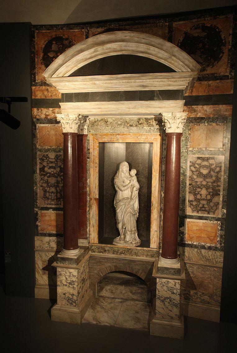 Het graf van Raphael in het Pantheon, met de door antieke beelden van Venus en Amor geïnspireerde sculptuur van Maria en Christus van Lorenzetto.   Beeld Getty Images