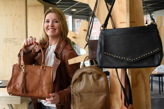 De collectie tassen van Vera Dekens is in Nederland in 400 winkels te koop. Ook in in Zweden, Duitsland, België, Denemarken, Oostenrijk en op Ibiza zijn ze verkrijgbaar.
