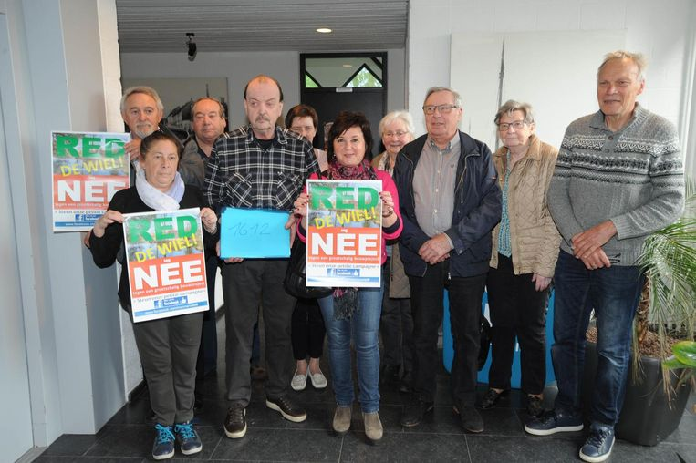 Omwonenden kwamen de petitie afgeven aan burgemeester Luc De boeck.