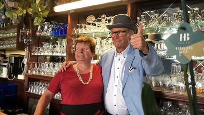 Willy Naessens (79) viert vrijgezellen in partybus