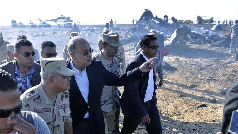 De Egyptische premier Sheriff Ismail bezoekt de rampplek in de Sinaï. Beeld EPA