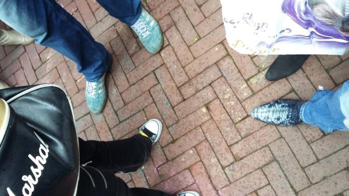 De afgetrapte blauwe sneakers van premier Mark Rutte. foto: DG