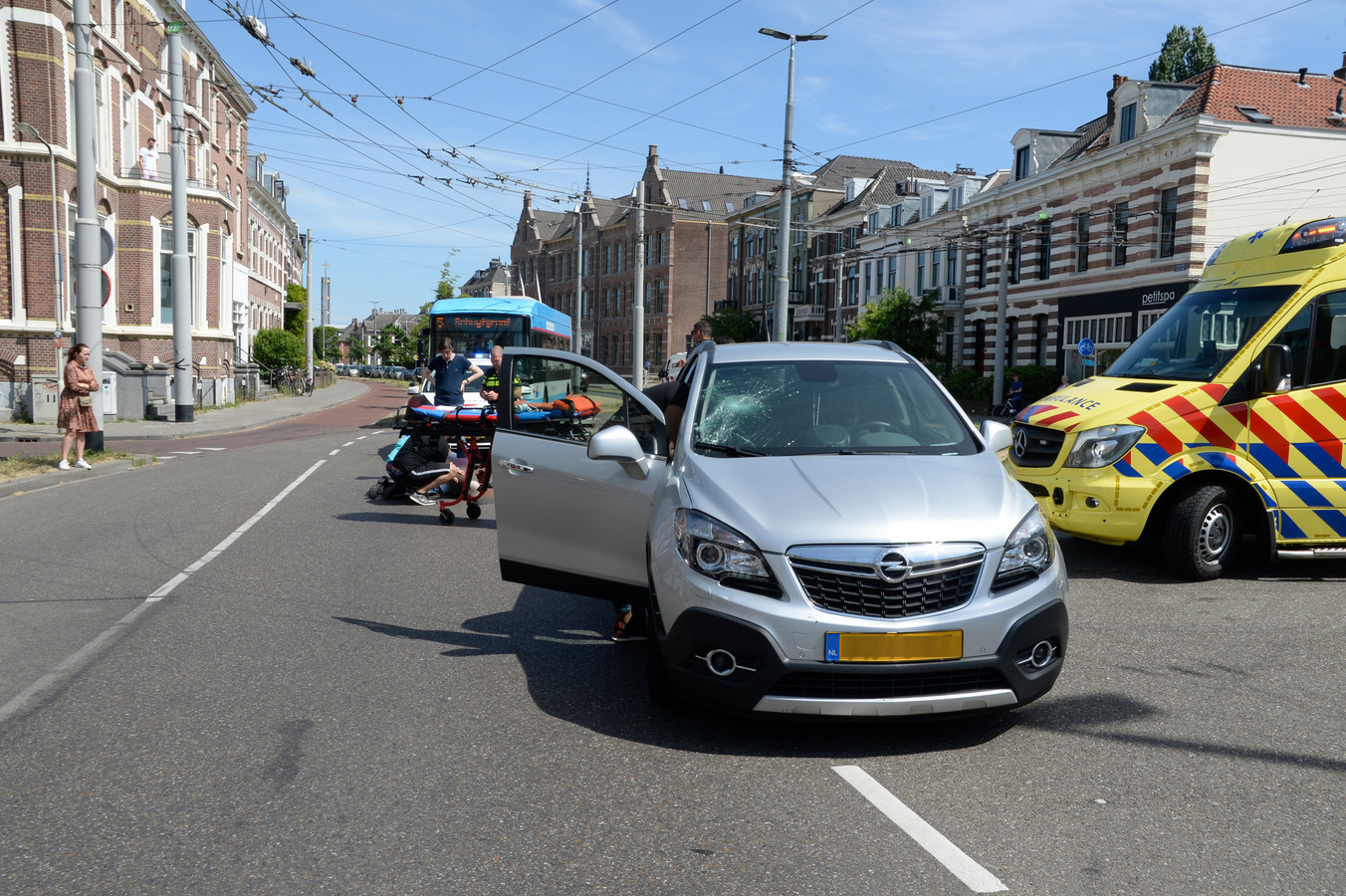 Bbij een aanrijding op de Boulevard Heuvelink in Arnhem is een fietser ernstig gewond geraakt.