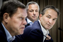 Mark Koevermans en achter hem Toon van Bodegom kijken toe als de directeur voetbalzaken Frank Arnesen het woord voert.