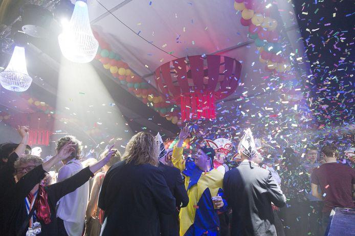 Volop feest in de tent van de Huibuuke