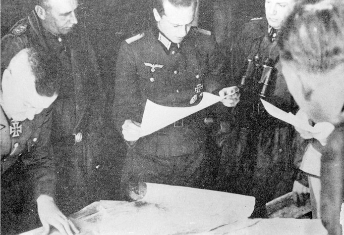 Duitse bevelhebbers bespreken de Slag om Arnhem in Villa Heselbergh. Van links naar rechts: Generalfeldmarschall Walter Model, SS-Obergruppenführer und General der Waffen-SS Wilhelm Bittrich, SS-Obersturmbannführer Walter Harzer  en SS-Brigadeführer Heinz Harmel.