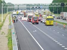 Dode bij ernstig ongeluk op A1; bedrijfsbusje botst op vrachtwagen