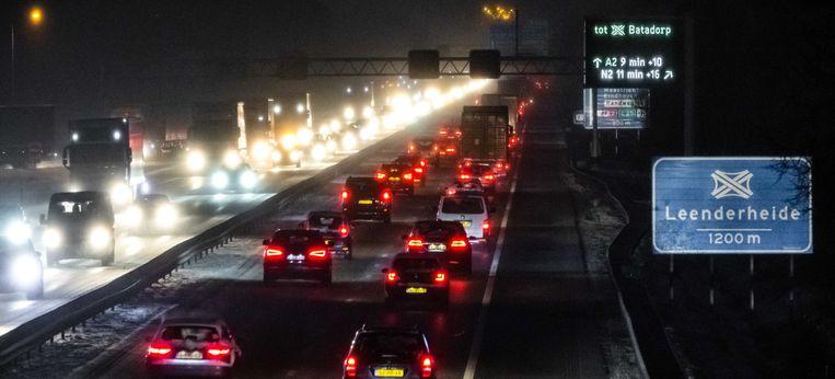 Op 22 januari gaat het filerecord eraan: bijna 2.300 kilometer stilstaand verkeer. Ook op de A67 nabij Eindhoven heeft het verkeer last van de sneeuwval. Beeld ANP