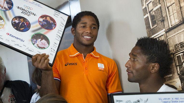 De olympische judoka Dex Elmont en zijn broer Guillaume (R) tijdens de uitzwaaibijeenkomst voor de olympische judoka's door de leden van judovereniging Kenamju. Beeld ANP