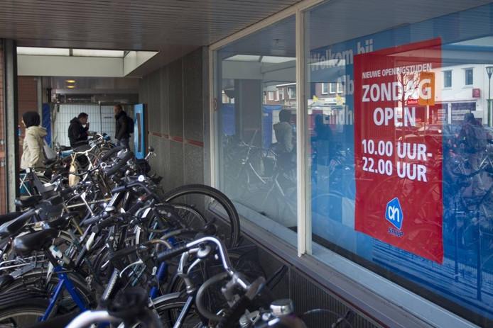 In de aanloop naar de discussie over verruiming van de winkelsluitingstijdenwet waren enkele supermarkten op zondag al eerder open, zoals de AH aan de Strijpsestraat in Eindhoven.