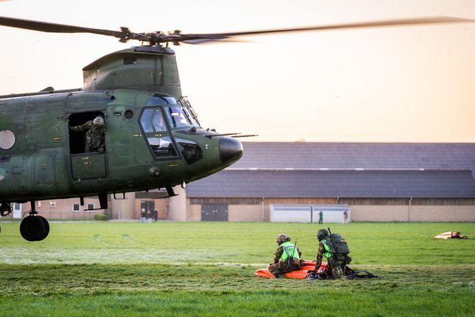 De blushelikopter van Defensie heeft een oranje waterzak (bambi bucket) waar zo'n 10.000 liter water in gaat.