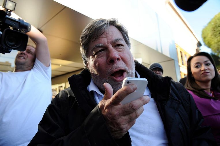 Mede-oprichter van Apple, Steve Wozniak, praat tegen Siri op zijn iPhone Beeld epa