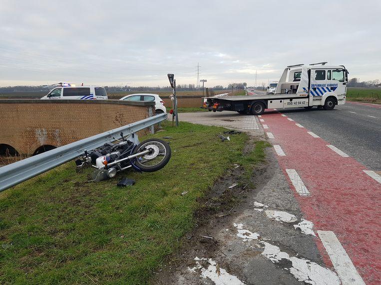 De motorrijder raakte gewond maar verkeert niet in levensgevaar.